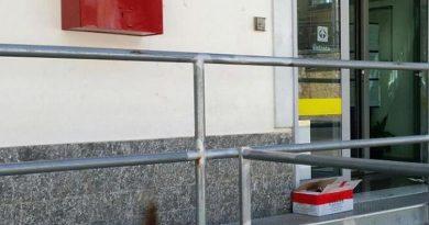 Un pacco contenente una piccola bombola di gas da campeggio collegata con fili metallici a una scatola, non innescata e quindi nell'impossibilità di esplodere, è stato trovato da un dipendente postale stamani davanti all'ingresso principale dell'Ufficio postale di San Cipriano Picentino (Salerno). 26 agosto 2015. ANSA/CARABINIERI SALERNO  +++ ANSA PROVIDES ACCESS TO THIS HANDOUT PHOTO TO BE USED SOLELY TO ILLUSTRATE NEWS REPORTING OR COMMENTARY ON THE FACTS OR EVENTS DEPICTED IN THIS IMAGE; NO ARCHIVING; NO LICENSING +++