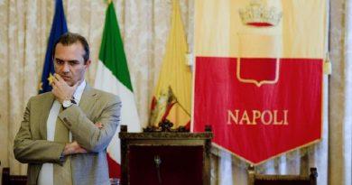Nella foto Il sindaco di Napoli Luigi De Magistris nella sala giunta di Palazzo San Giacomo. (ANSA/CIRO FUSCO)