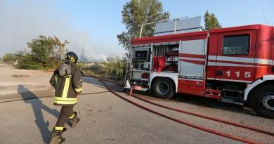 napoli-giugliano-in-campia-deposito-auto-fiamme-esplosione-vigili-del-fuoco-pompieri-115