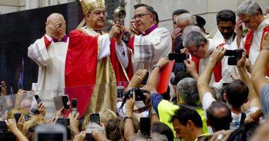 Il cardinale Crescenzio Sepe officia la cerimonia in occasione della festività di San Gennaro, con l'annuncio della liquefazione del sangue, Napoli, 19 settembre 2015. ANSA / CIRO FUSCO