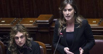 Il ministro delle Riforme e Rapporti con il Parlamento Maria Elena Boschi in aula alla Camera  (Foto ANSA/ANGELO CARCONI)