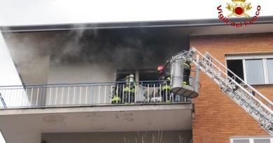 vigili del fuoco pompieri vvff 115 incendio appartamento casa autoscala giorno generica