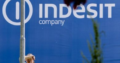 """Operai della Indesit di Carinaro ( Caserta) dopo """"l'annuncio shock"""" della chiusura della fabbrica ad appena due anni dalla chiusura dell'altro insediamento gemello di Teverola che era costato quasi 200 esuberi. I circa 800 dipendenti hanno bloccato la produzione dando vita ad uno sciopero immediato, Carinaro (Caserta), 16 aprile 2015.  ANSA/CIRO FUSCO"""
