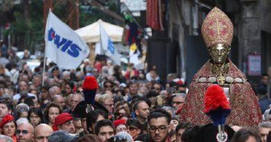 Una immagine della processione che ha accompagnato il tradizionale miracolo del primo sabato di Maggio dello scioglimento del sangue di San Gennaro, Napoli, 2 Maggio 2015. ANSA/ CESARE ABBATE
