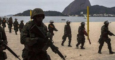epa05432172 Troops from the Brazilian Navy perform training exercises at Flamengo beach, in the south of Rio de Janeiro, Brazil on 19 July 2016, in preparation for providing security for the Olympic Games, which will run from 5 to 21 August 2016.  EPA/Antonio Lacerda