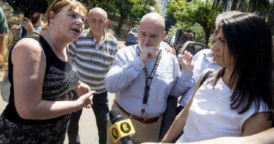La visita della sindaca di Roma, Virginia Raggi, nel quartiere di Tor Bella Monaca per verificare l'emergenza topi e rifiuti, Roma, 11 luglio 2016. ANSA/CLAUDIO PERI