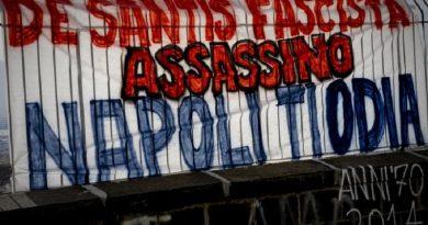 Lo  striscione apparso  Napoli, al corso Vittorio Emanuele con la scritta De Santis fascista assassino. Napoli ti odia', 25 giugno 2014. ANSA / CIRO FUSCO
