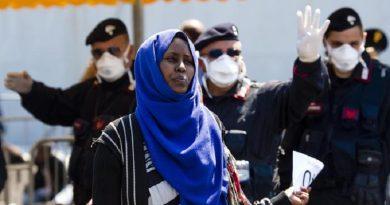 Migranti giunti nel porto di Salerno a bordo della nave della Marina Militare Italiana, 22 Aprile 2015. ANSA/ CIRO FUSCO