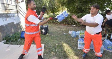L'arrivo di generi di prima necessità presso il centro sportivo di Amatrice. Amatrice, 25 Agosto 2016. ANSA/FLAVIO LO SCALZO