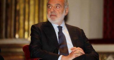 """Il parlamentare Luigi Nicolais durante il covegno di Finmeccanica al Teatro San Carlo di Napoli, oggi 28 febbraio 2011.  Per noi il fatto che la Libia abbia comprato il 2 per cento, attualmente non significa niente. Nel senso fino a che non c'é l'assemblea, quindi, abbiamo abbastanza tempo per prendere opportune decisioni"""". Lo ha sottolineato, a Napoli, l'ad di Finmeccanica Pier Francesco Guarguaglini a chi gli ha chiesto che effetto potrebbe avere l'applicazione delle sanzioni Onu. ANSA / CESARE ABBATE"""