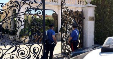 Carabinieri durante l'operazione che ha portato al sequestro di beni per oltre 3 milioni di euro ad Angelo Casamonica, 39enne considerato appartenente all'omonima famiglia di origine sinti residente nella Capitale a Rome, 7 luglio 2016. ANSA/CLAUDIO PERI