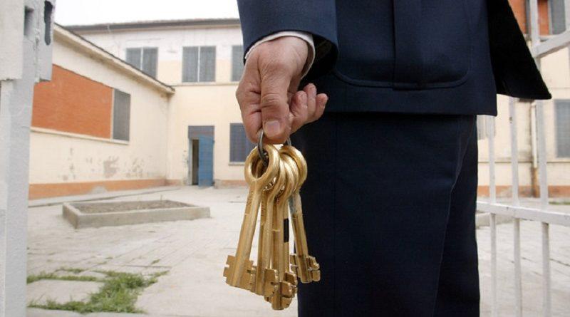 20050321-CASTELFRANCO EMILIA (MODENA)-CRO:CARCERI: CASTELLI E GIOVANARDI INAUGURANO CASA CASTELFRANCO.PRIMA STRUTTURA IN ITALIA PER DETENUTI TOSSICODIPENDENTI.Un agente di polizia penitenziaria con un mazzo di chiavi davanti alla casa di reclusione a custodia attenuata per detenuti tossicodipendenti, inaugurata oggi a Castelfranco Emilia nel modenese.GIORGIO BENVENUTI/ANSA