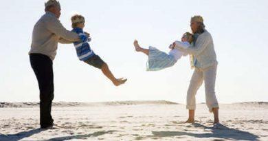 nonni-e-nipoti-giocano-al-mare1
