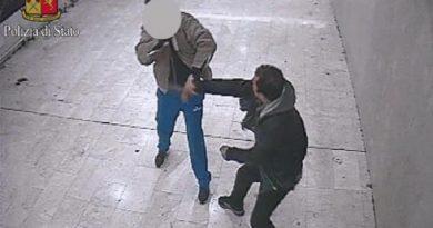 Un fermo immagine da un video diffuso il 6 febbraio 2014 dalla Polfer di Milano mostra l'aggressione a colpi di coltello da parte di un marocchino di 31 anni, Abdel Kader Farth, ai danni di un tunisino di 39 anni sul mezzanino della stazione Centrale di Milano. L'aggressione e' avvenuta la sera del 4 febbraio 2014, ed e' stata ripresa da telecamere di sorveglianza. ANSA/ US POLFER +++ NO SALES - EDITORIAL USE ONLY +++