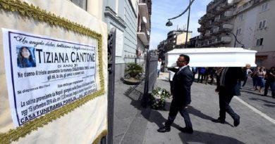 I funerali di Tiziana, la 31enne suicida per la diffusione dei video hard, Casalnuovo (Napoli), 15 settembre 2016. ANSA/ CIRO FUSCO