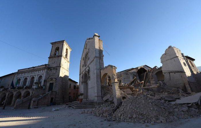 Basilica di San Benedetto, dopo l'ultima forte scossa di terremoto nella zona rossa di Norcia, 31 ottobre 2016. ANSA/ CROCCHIONI