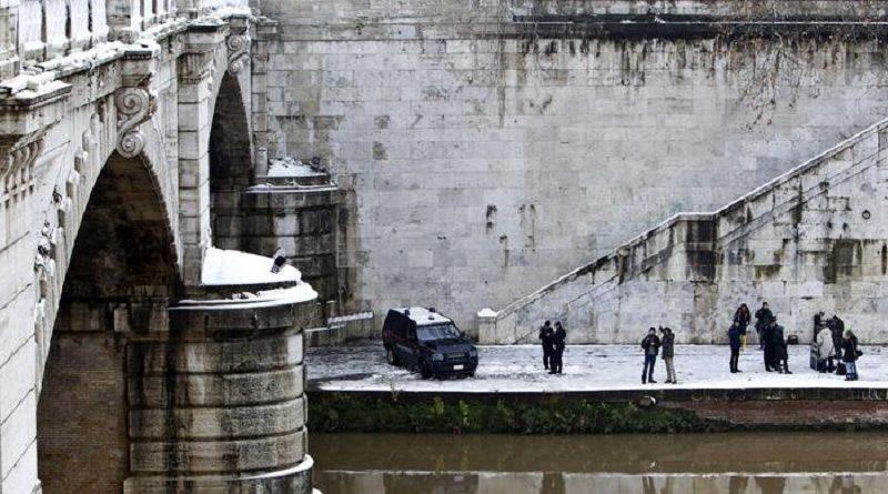 Carabinieri su Ponte Mazzini dove un uomo ha gettato nel Tevere un bambino di 16 mesi a Roma, 4 febbraio 2012. ANSA/MASSIMO PERCOSSI