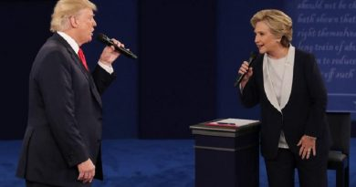 epa05579102 Democrat Hillary Clinton (R) and Republican Donald Trump (L) during the second Presidential Debate at Washington University in St. Louis, Missouri, USA, 09 October 2016. The third and final debate will be held 19 October in Nevada.  EPA/JIM LO SCALZO