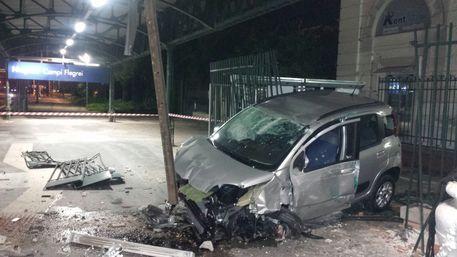 (ANSA) - NAPOLI, 20 NOVEMBRE  - Incidente stradale la scorsa notte, un'auto ha perso il controllo ed ha sfondato la recinzione della stazione Campi Flegrei finendo fin quasi sui binari