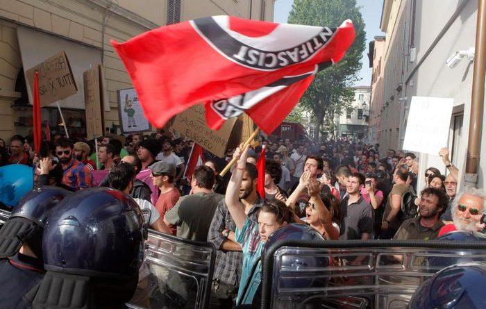 Manifestanti dei centri sociali contestano il segretario federale della Lega Nord, Matteo Salvini, a margine del comizio elettorale a Senigallia, 14 maggio 2015. ANSA/BALLARINI