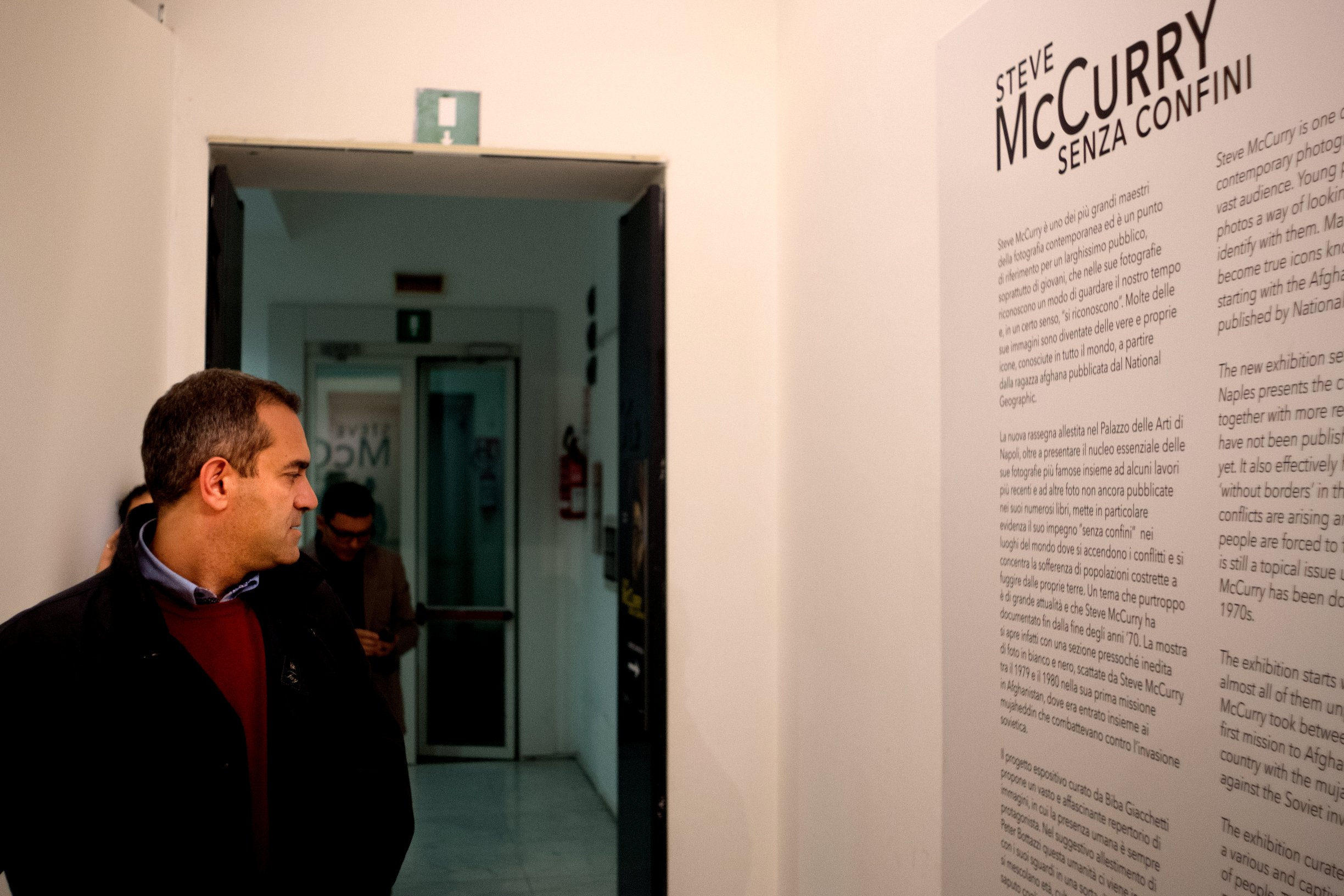 Napoli, Italia - 5 Novembre 2016 - Il sindaco di Napoli Luigi De Magistris in visita alla mostra fotografica di Steve McCurry al museo PAN Palazzo delle Arti Napoli. Ph. Eliano Imperato Ag. Controluce Mayor of Napoli Luigi De Magistris visiting the exhibition of Steve McCurry at PAN Palazzo delle Arti Napoli museum in Napoli, southern Italy, on November 5, 2016.