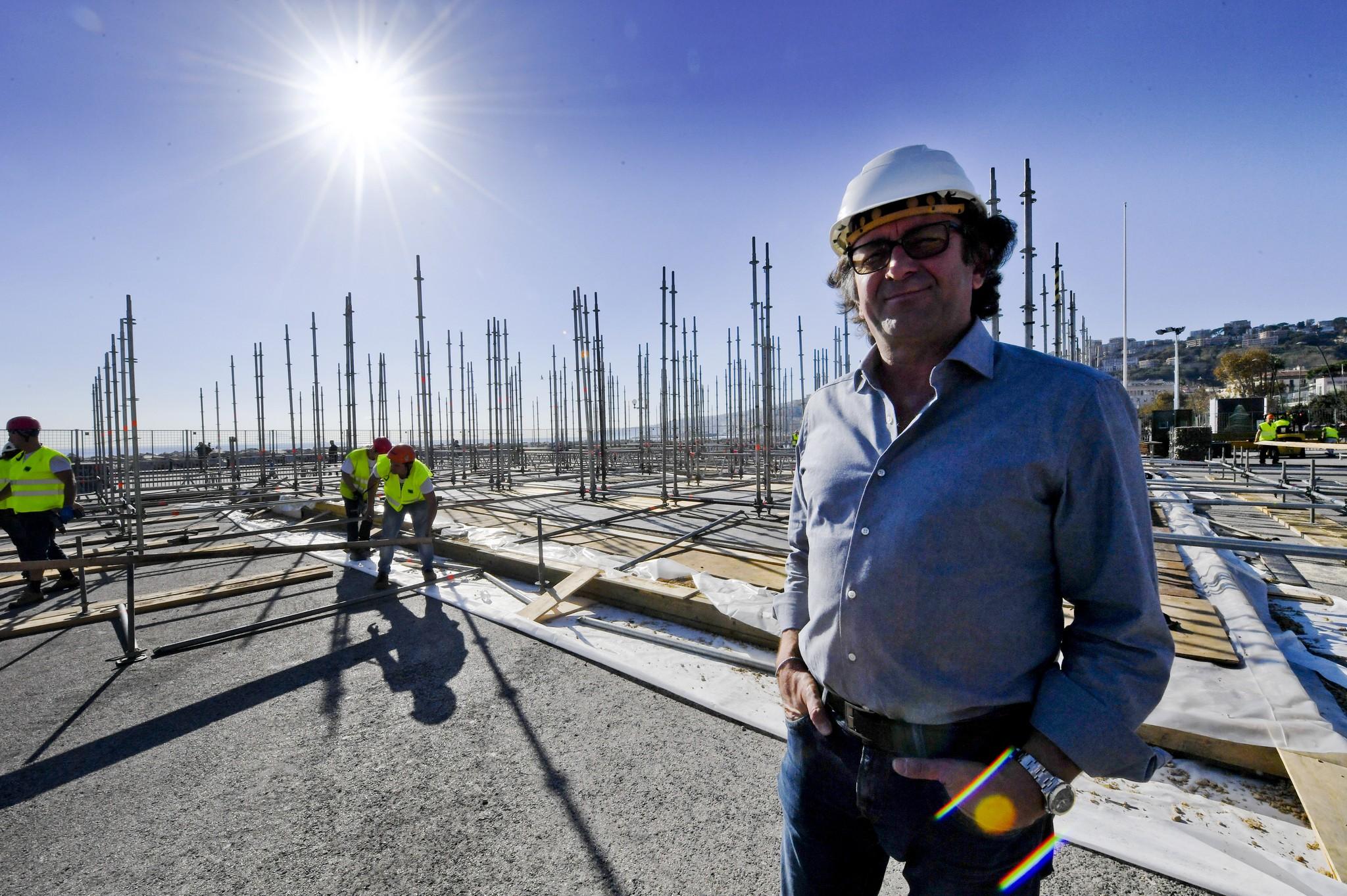 Pasquale Aulenta, patron della Italstage segue i lavori per lìallestimento 'N'Albero' la struttura di 40 metri che sorgerà alla Rotonda Diaz, sul lungomare di Napoli per festeggiare il Natale, 21 novembre 2016. ANSA / CIRO FUSCO