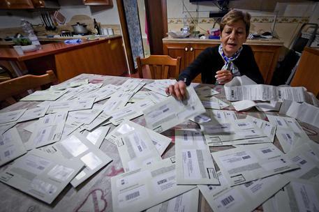 Raffaella Tofani, la signora napoletana che ha collezionate un centinaio di multe nell'ultimo mese, Napoli, 10 novembre 2016. ANSA  / CIRO FUSCO