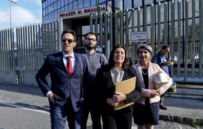 Il consigliere regionale del M5s Valeria Ciarambino (C) arriva negli uffici del tribunale per presentare l'esposto nei confronti del governatore campano Vincenzo De Luca a Napoli, 23 novembre 2016. ANSA / CIRO FUSCO