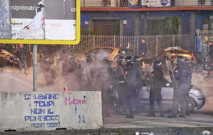 Forze dell'ordine in assetto antisommossa fuori lo stadio San Paolo prima della partita di Champions League tra Napoli e Dinamo Kiev. Napoli, 23 novembre 2016. La polizia ha effettuato una carica, mentre dai tifosi sono state lanciate bottiglie, pietre e sedie. ANSA / CIRO FUSCO