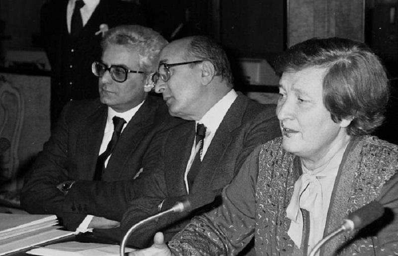 Sergio Mattarella (S) Ciriaco De Mita (C) e Tina Anselmi in una foto del 1989. ANSA