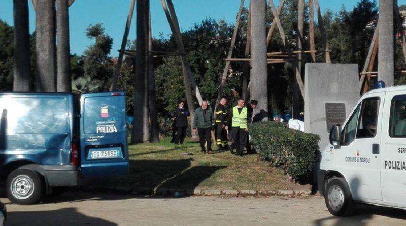 (ANSA) - NAPOLI, 21 NOV - Ritrovamento choc stamattina nella villa comunale di Napoli: un uomo si è impiccato ad un albero con un cavo d'acciaio.    Secondo quanto al momento accertato dai carabinieri, che sono sul posto insieme ai vigili del fuoco, la vittima è un uomo di colore di circa 30-35 anni; al momento non si è riusciti ad identificarlo. Ad effettuare il macabro ritrovamento, un giardiniere.    L'uomo si è impiccato nei pressi dell'ingresso della villa di piazza Vittoria. (ANSA).