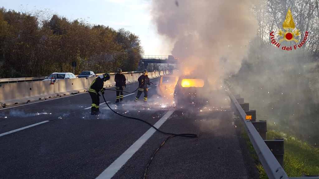 vigili-del-fuoco-vvff-115-pompieri-auto-fiamme