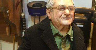 (ANSA) - NAPOLI, 1 DIC - Il boss delle cerimonie don Antonio Polese statuetta presepe Marco Ferrigno
