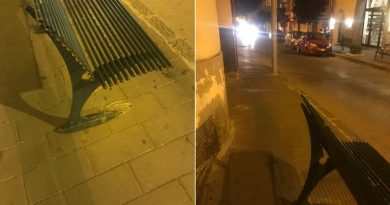 Aversa. Segnalazione del cittadino: panchina sradicata in via Costantinopoli